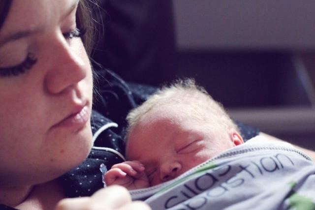 Запись голоса матери помогает недоношенным детям развиваться, выяснили ученые